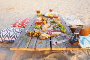 Ein Picknick am Strand veranstalten
