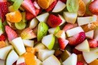 Einen Obstsalat zum Mitnehmen vorbereiten: Gesundes für das Picknick