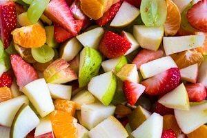 Einen Obstsalat zum Mitnehmen vorbereiten