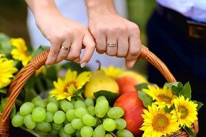 Einen Picknickkorb als Hochzeitsgeschenk nehmen